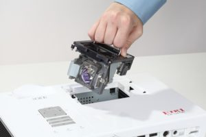 Проверка и замена лампы в проекторе