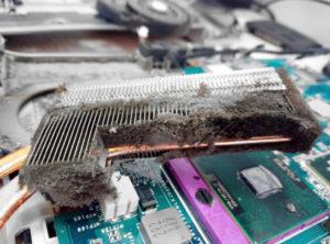 Как почистить ноутбук от пыли дома?